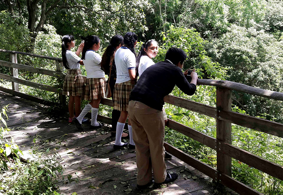 Middle school students from Kaua, Yucatán, participate in a photovoice exercise.